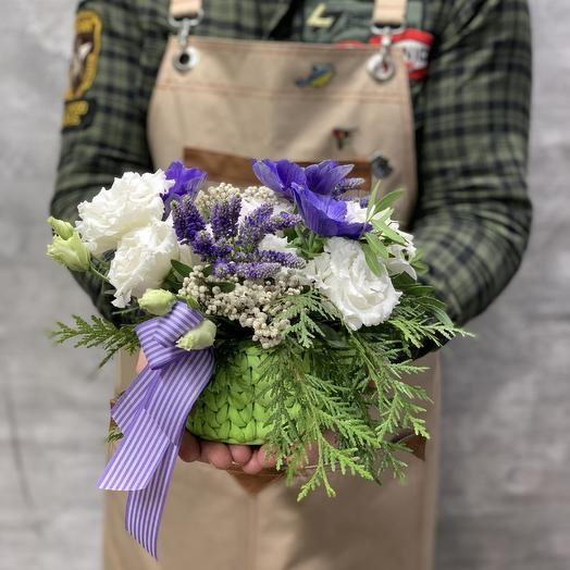 Композиция с анемонами и махровым лизиантусом в вязаном кашпо: букеты цветов на заказ Flowwow
