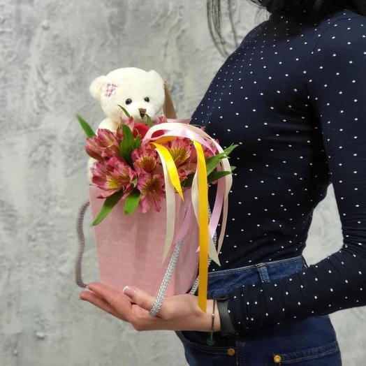 Милая композиция из альстромерии и медвожонка Любимке