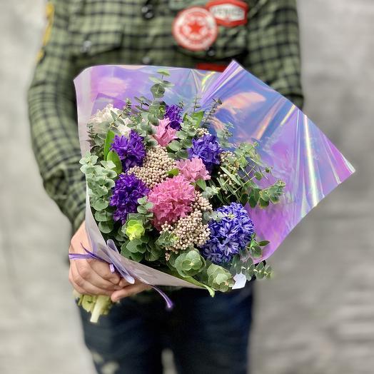 Яркий букет с гиацинтами и эвкалиптом в стильной упаковке: букеты цветов на заказ Flowwow
