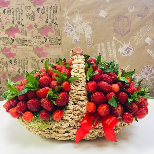 Корзина с клубникой и мятой: букеты цветов на заказ Flowwow