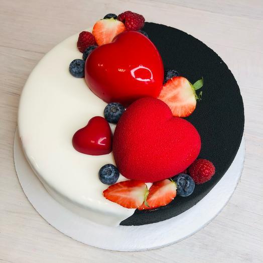 Торт манго маракуйя с пирожными в форме сердца и ягодами