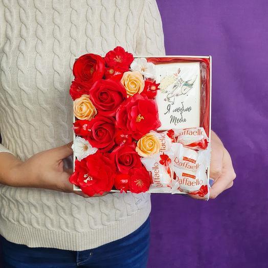 Красная подарочная коробочка с пряником и цветами