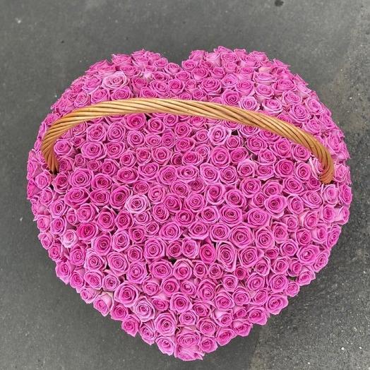 Корзина роз в форме сердца