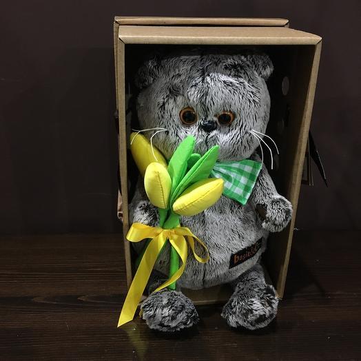 Барсик с жёлтыми тюльпанами