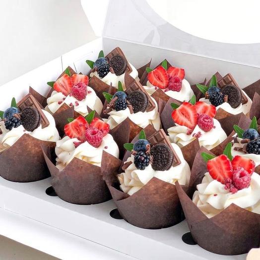 Набор из 12 капкейков с ягодами, шоколадом Callebaut и Oreo