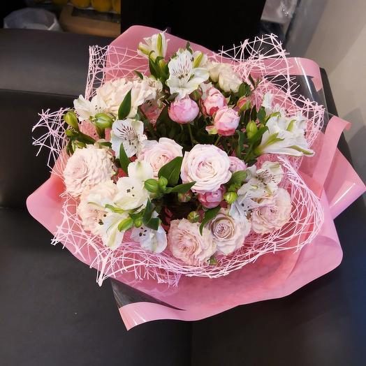 Нежный букет из кустовых роз и альстромерий