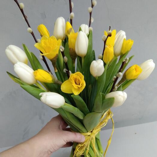 Весенний солнечный букет из тюльпанов и нарциссов