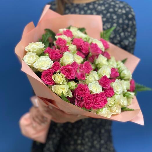 Букет из 25 белых и розовых кустовых роз