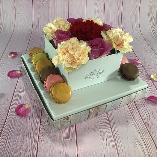 Коробка с живыми цветами и макарунами