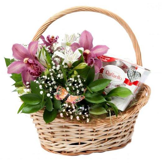 Корзинка с Орхидеями и Рафаэлло: букеты цветов на заказ Flowwow