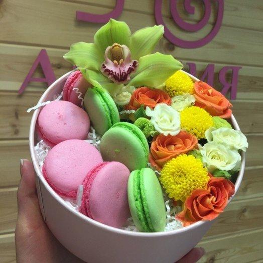 Макаруны в розах: букеты цветов на заказ Flowwow