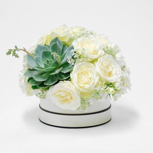 Композиция из роз и суккулента: букеты цветов на заказ Flowwow