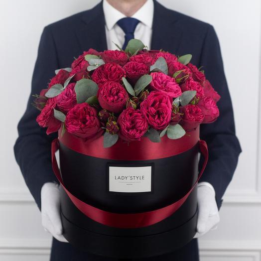 Пионовидная роза Red Piano c эвкалиптом в шляпной коробке XL: букеты цветов на заказ Flowwow