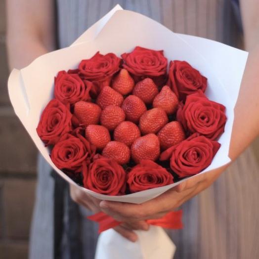 Розы с клубникой: букеты цветов на заказ Flowwow