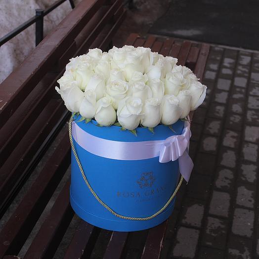 До 49 белых эквадорских роз в синей коробке: букеты цветов на заказ Flowwow