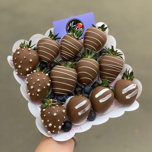 Коробочка клубники в молочном шоколаде: букеты цветов на заказ Flowwow