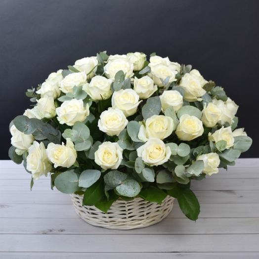Корзина из 51 белоснежной розы: букеты цветов на заказ Flowwow