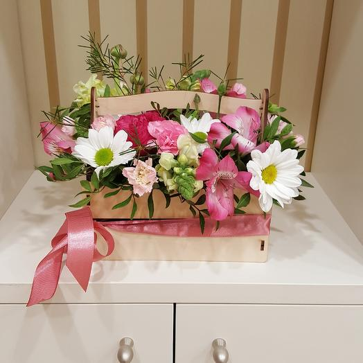Композиция в декоративном ящике: букеты цветов на заказ Flowwow