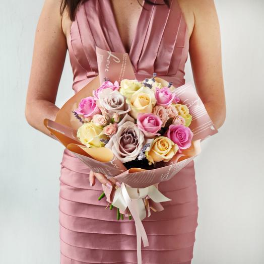 Милый букет из нежных роз в оригинальной упаковке: букеты цветов на заказ Flowwow