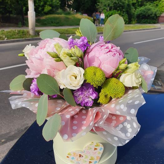 Нежные цветы в шляпной коробке