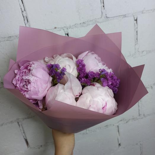 5 больших пиона Сара Бернар со статицей в стильной упаковке: букеты цветов на заказ Flowwow