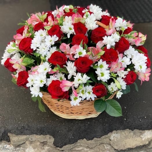 Корзина с розами и альстромерии
