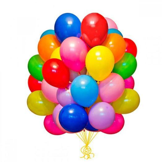 Каскад из 45 разноцветных воздушных шариков