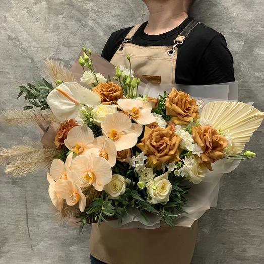 Роскошный букет с орхидеей фаленопсис и розой Тоффи