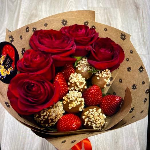 Букет из клубники в шоколаде с розами