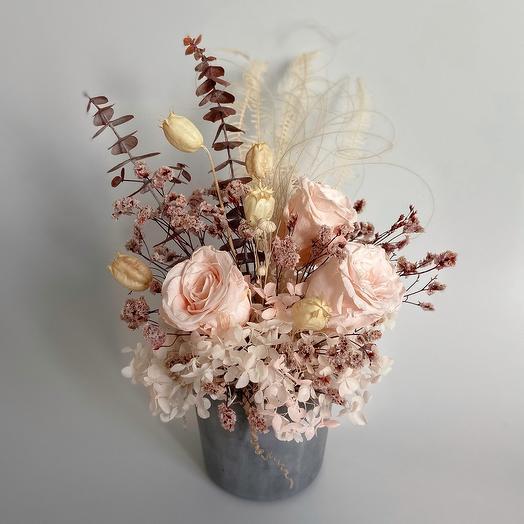 Воздушные розы в бетонном кашпо