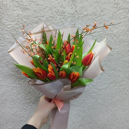 Букет махровых тюльпанов с генистой