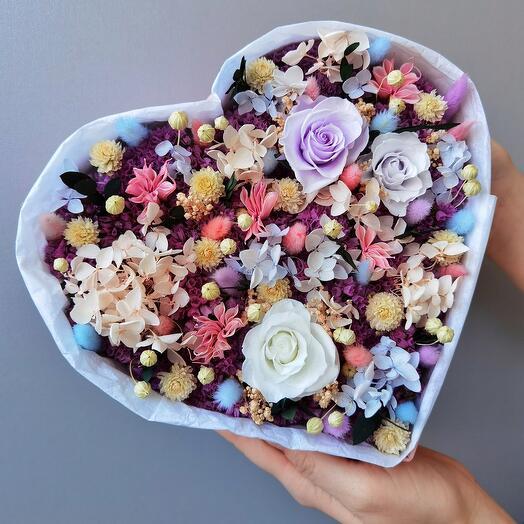 Коробка сердце с сухоцветами и стабилизированными цветами