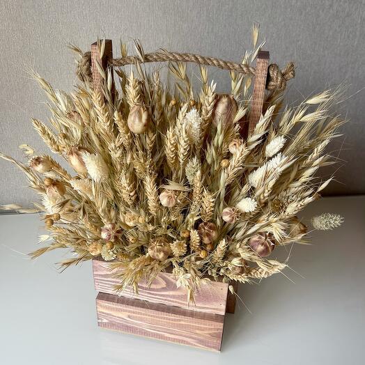 Композиция из сухоцветов в деревянном ящике