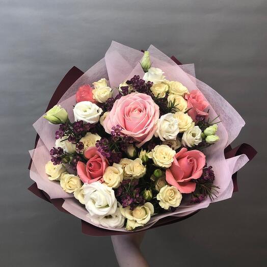 Розы с хамелациум и лизиантусом