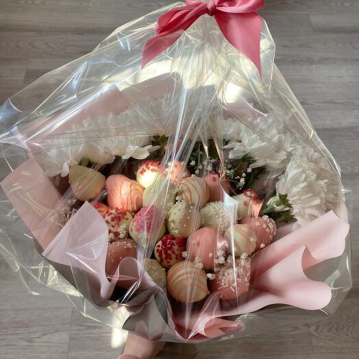 Клубничный букет с хризантемами