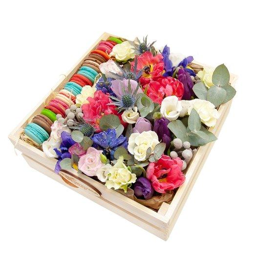 Композиция с цветами и 12 макаруни в ящике Мегаящик: букеты цветов на заказ Flowwow