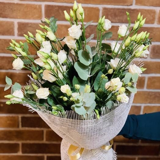 Букет с лизиантусом и эвкалиптом: букеты цветов на заказ Flowwow