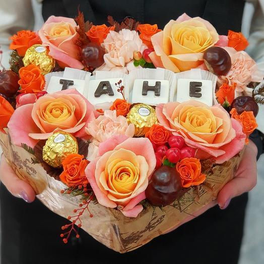 """Композиция из роз, гвоздик с шоколадными буквами  """"Тане"""""""
