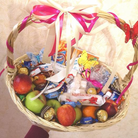 Корзина с фруктами и конфетами