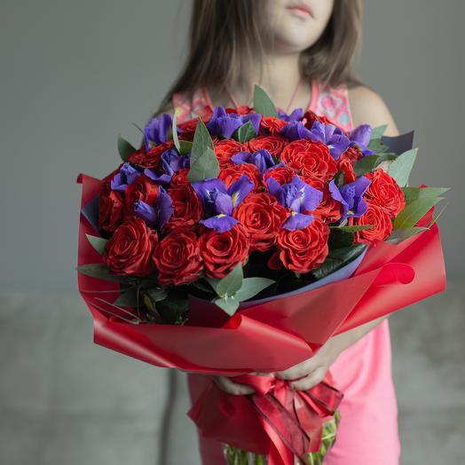 Розы и ирисы: букеты цветов на заказ Flowwow