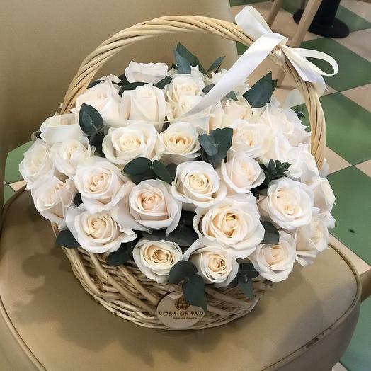 Корзина с кремовыми розами и эвкалиптом