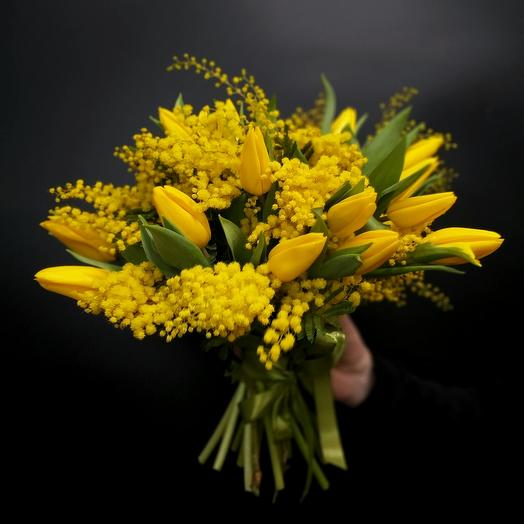 Букет из желтых тюльпанов и мимозы