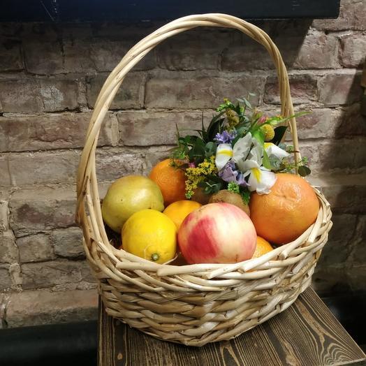 Корзина 4 с фруктами и букетом