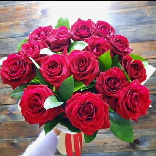 Букет из 15 российских роз с рускусом в фетре