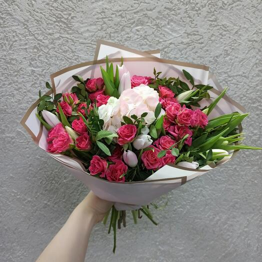 Букет с гортензией, кустовой розой и тюльпанами