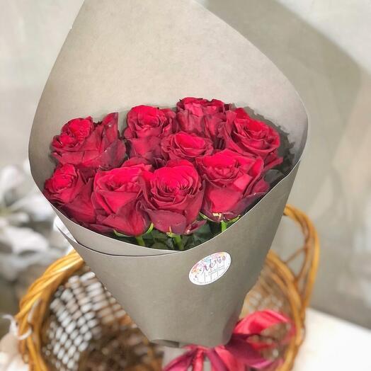 9 красных роз в оформлении