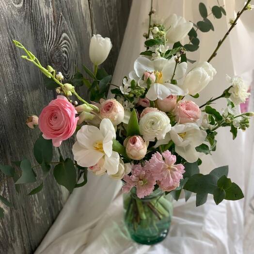 Букет в вазе с гиацинтами, ранункулюсами и пионовидной розой