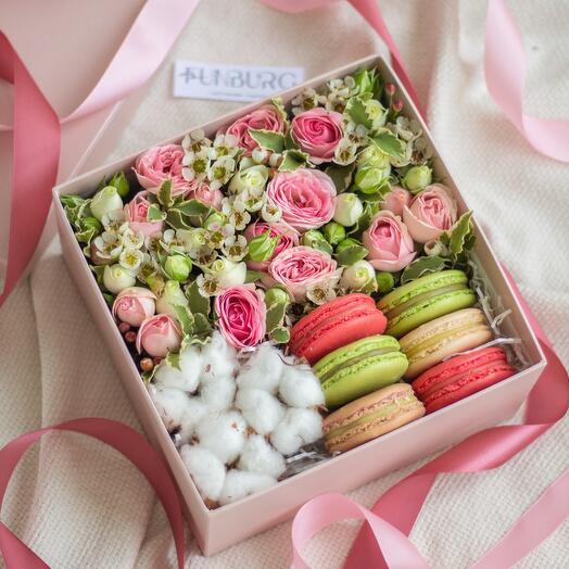 """Композиция в коробке """"Цветы и макаруны 1"""""""