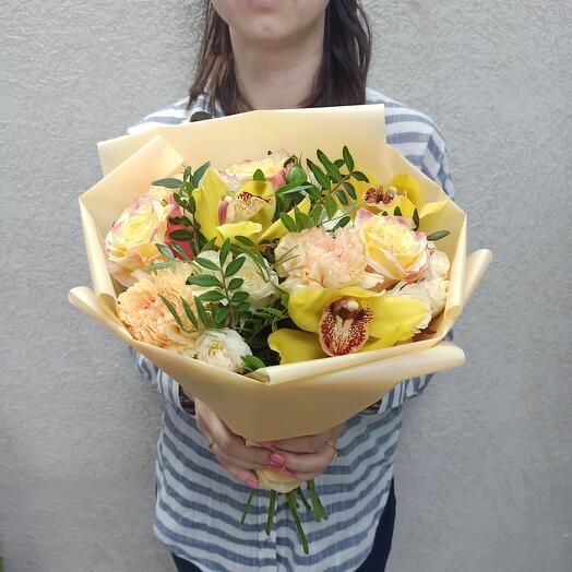 Солнечный с орхидеями, диантусами и розами