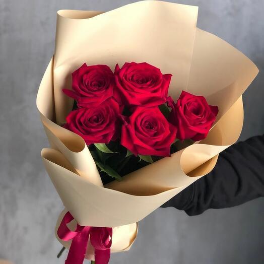 Букет из 5 роз в оформлении